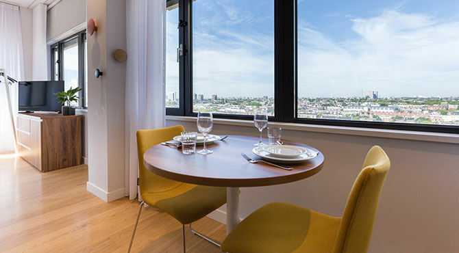 PREMIER SUITES Rotterdam: dining room and view of the city